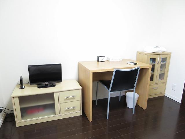 テレビ・机・食器棚